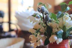 Tarjeta de felicitación con las flores del resorte imagenes de archivo