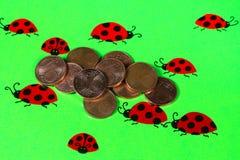 Tarjeta de felicitación con las mariquitas y las monedas del centavo Imágenes de archivo libres de regalías
