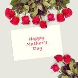 Tarjeta de felicitación con las rosas rojas Imagen de archivo libre de regalías
