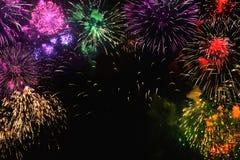 Tarjeta de felicitación con los fuegos artificiales coloridos en fondo negro Imágenes de archivo libres de regalías