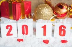 Tarjeta de felicitación con los regalos y la nieve del Año Nuevo Fotos de archivo libres de regalías