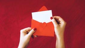 Tarjeta de felicitación de día de San Valentín, maqueta con el espacio de la copia tarjeta blanca vacía y sobre rojo en fondo roj foto de archivo libre de regalías
