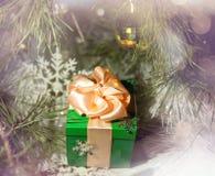 Tarjeta de felicitación de Art Christmas mágico y del Año Nuevo con el regalo Imágenes de archivo libres de regalías