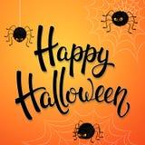 Tarjeta de felicitación de Halloween con las arañas enojadas, la red y las letras negras del cepillo en fondo anaranjado Decoraci Fotos de archivo