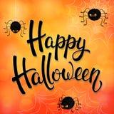 Tarjeta de felicitación de Halloween con las arañas enojadas, la red y las letras negras del cepillo en fondo anaranjado con los  Imágenes de archivo libres de regalías