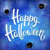 Tarjeta de felicitación de Halloween con las arañas enojadas, la red y las letras negras del cepillo en fondo azul con los elemen Imágenes de archivo libres de regalías