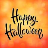 Tarjeta de felicitación de Halloween con las letras negras del cepillo en elementos anaranjados del fondo y del bokeh Decoración  Fotografía de archivo