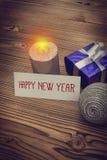 Tarjeta de felicitación de la Feliz Año Nuevo con la decoración de Navidad Imagenes de archivo