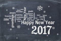 Tarjeta 2017 de felicitación de la Feliz Año Nuevo en la pizarra Fotos de archivo