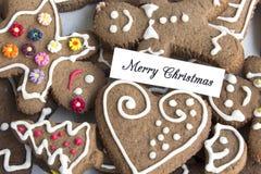 Tarjeta de felicitación de la Feliz Navidad con las galletas del pan de jengibre Fotos de archivo libres de regalías