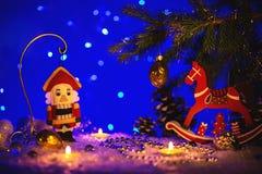 Tarjeta de felicitación de la Navidad con el cascanueces y el caballo Imagenes de archivo