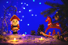 Tarjeta de felicitación de la Navidad con el cascanueces y el caballo Foto de archivo libre de regalías