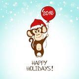Tarjeta de felicitación de la Navidad con el mono que sostiene el globo rojo Foto de archivo libre de regalías