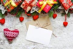 Tarjeta de felicitación de la Navidad con el sobre adornado con el árbol de abeto, g Fotografía de archivo