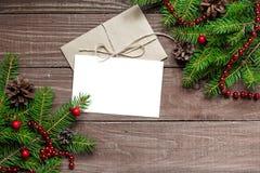 Tarjeta de felicitación de la Navidad con el sobre, el árbol de abeto y las decoraciones de la Feliz Año Nuevo Imagenes de archivo