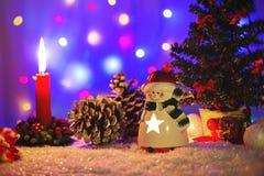 Tarjeta de felicitación de la Navidad con la figura de la muñeco de nieve-palmatoria Imagen de archivo