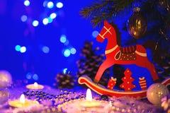 Tarjeta de felicitación de la Navidad con la figura del caballo rojo Imagen de archivo libre de regalías