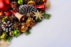 Tarjeta de felicitación de la Navidad con las ramas del abeto y el cascabel de madera Imágenes de archivo libres de regalías