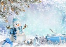 Tarjeta de felicitación de la Navidad con las ramas, el muñeco de nieve y los regalos del pino Foto de archivo libre de regalías