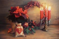 Tarjeta de felicitación de la Navidad con las velas y el tre adornado de la Navidad Fotografía de archivo libre de regalías