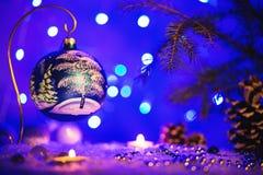 Tarjeta de felicitación de la Navidad con los árboles del juguete y del invierno de Navidad en ella Fotos de archivo