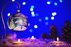 Tarjeta de felicitación de la Navidad con los árboles del juguete y del invierno de Navidad en ella Imágenes de archivo libres de regalías