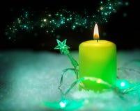 Tarjeta de felicitación de la Navidad, decoración con la vela Fotos de archivo