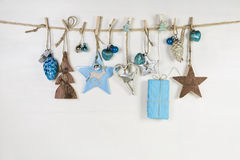 Tarjeta de felicitación de la Navidad en colores azules, marrones y blancos Fotografía de archivo