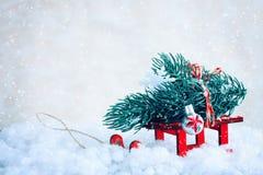 Tarjeta de felicitación de la Navidad, trineo rojo Foto de archivo libre de regalías