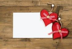 Tarjeta de felicitación de la tarjeta del día de San Valentín con los corazones rojos fotos de archivo libres de regalías
