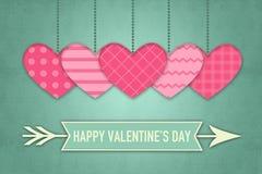 Tarjeta de felicitación de las tarjetas del día de San Valentín con los corazones rosados en fondo retro del papel pintado Foto de archivo
