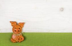 Tarjeta de felicitación de los Años Nuevos ingeniosos y chistoso con un cerdo hecho a mano Imagenes de archivo