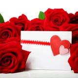 Tarjeta de felicitación de los corazones con las rosas rojas hermosas Foto de archivo