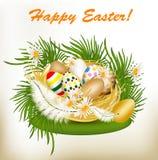 Tarjeta de felicitación de Pascua con los huevos coloridos, la hierba verde y la jerarquía Imagen de archivo libre de regalías