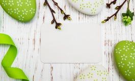 Tarjeta de felicitación de Pascua con los huevos de Pascua Imagen de archivo