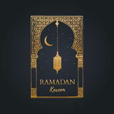 Tarjeta de felicitación de Ramadan Kareem con caligrafía Vector el arco oriental bosquejado mano, la linterna, la Luna Nueva y la