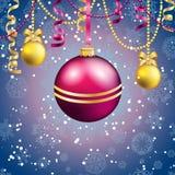 Tarjeta de felicitación del Año Nuevo Bola de la Navidad con el arco y la cinta Fotos de archivo