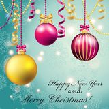 Tarjeta de felicitación del Año Nuevo Bola de la Navidad con el arco y la cinta Imagenes de archivo