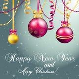 Tarjeta de felicitación del Año Nuevo Bola de la Navidad con el arco y la cinta Imágenes de archivo libres de regalías