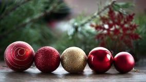 Tarjeta de felicitación del Año Nuevo, bolas de la Navidad en fila Foto de archivo libre de regalías