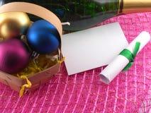 Tarjeta de felicitación del Año Nuevo, botella del champán y bolas de la Navidad Imagen de archivo