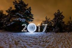Tarjeta de felicitación del Año Nuevo 2017 con el bosque de la noche Foto de archivo libre de regalías