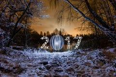 Tarjeta de felicitación del Año Nuevo 2017 con el bosque de la noche Fotos de archivo