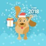 Tarjeta 2018 de felicitación del Año Nuevo con el perro que sostiene la actual caja y que lleva a Santa Hat Fotos de archivo libres de regalías