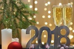 Tarjeta de felicitación del Año Nuevo 2018 con la rama de árbol, las velas blancas y las bolas de la Navidad Fotos de archivo libres de regalías