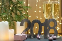 Tarjeta de felicitación del Año Nuevo 2018 con la rama de árbol, velas y bolas blancas y regalo de la Navidad Foto de archivo libre de regalías