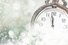 Tarjeta de felicitación del Año Nuevo con las luces del reloj y del día de fiesta del vintage Fotos de archivo libres de regalías