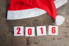 Tarjeta de felicitación del Año Nuevo en fondo de madera Imagen de archivo libre de regalías