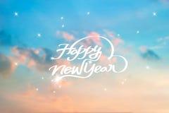 Tarjeta de felicitación del Año Nuevo, fondo borroso en cielo azul Imagenes de archivo
