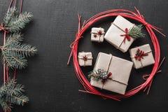 Tarjeta de felicitación del Año Nuevo y la Navidad, espacio para un mensaje de vacaciones de invierno con los regalos por vacacio Fotografía de archivo